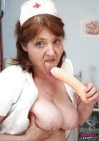 Взрослая медсестра играет с самотыком и светит небритой вагиной 7 фотография