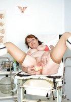 Взрослая медсестра играет с самотыком и светит небритой вагиной 9 фотография