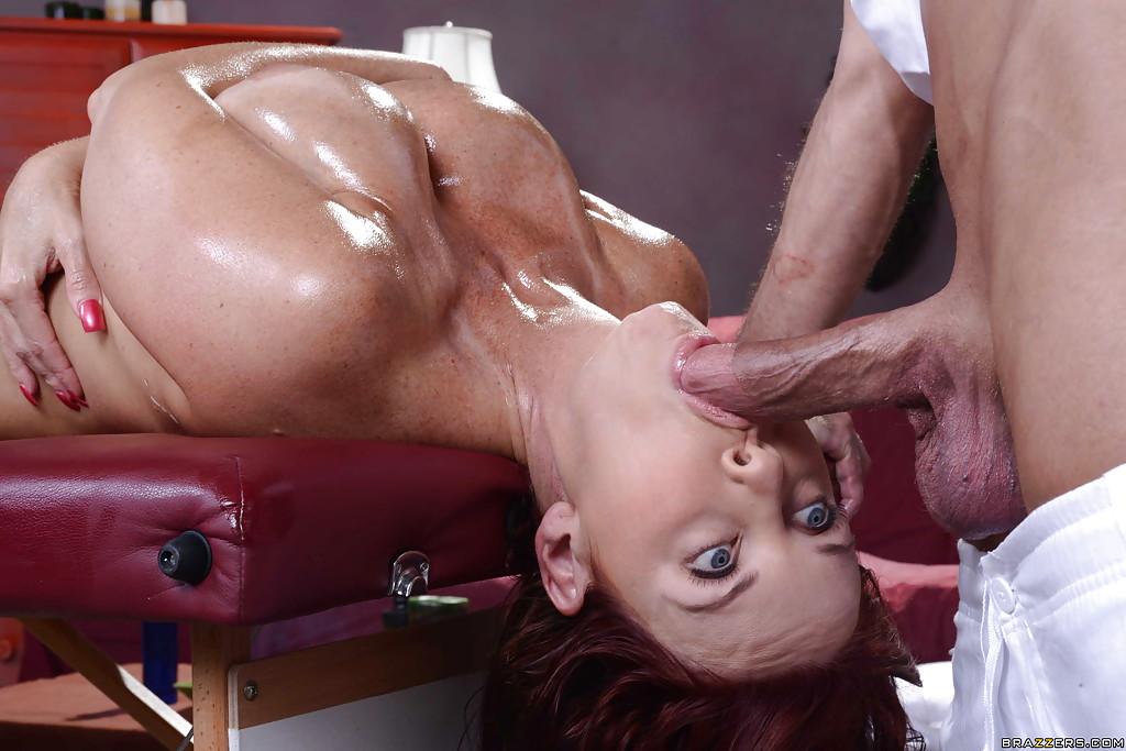 Загоревшая зрелка с рыжими волосами делает минет массажисту лежа на спине