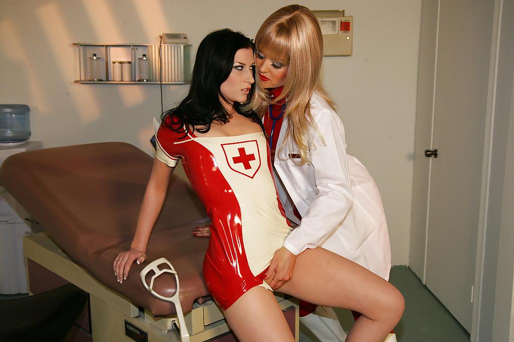 Строгая медичка домогается к медсестре в латексе в офисе смотреть эротику