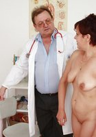 Гинеколог осматривает вагину рыжей зрелки пришедшей к нему на прием 3 фотография