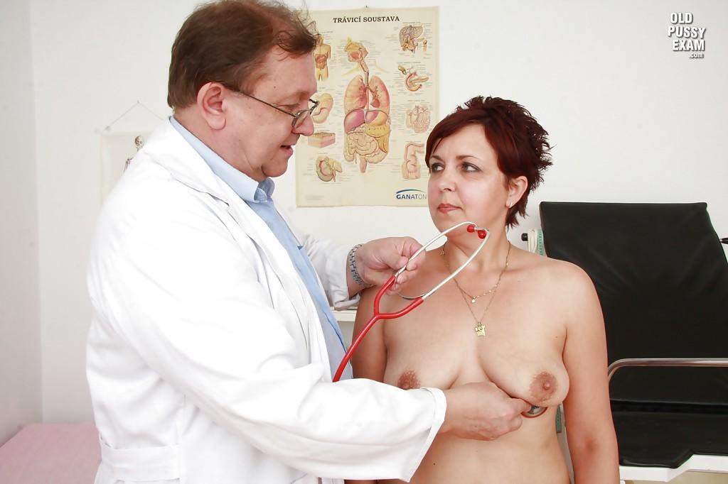 Гинеколог осматривает пилотку рыжей мамочки пришедшей к нему на прием смотреть эротику