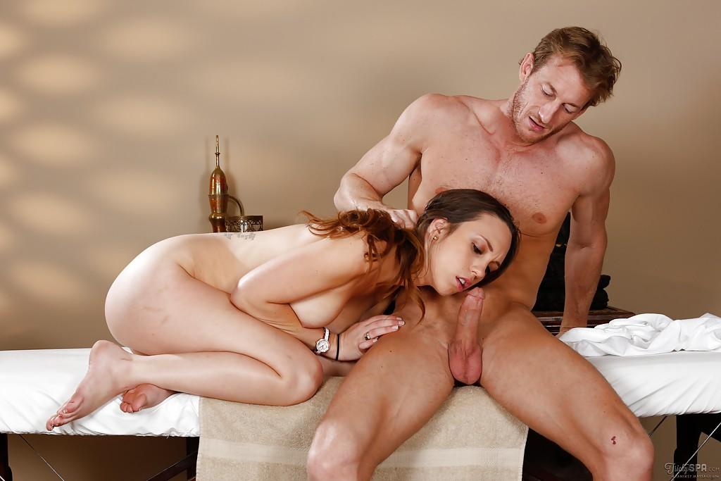 Молодуха с наколками вафлит хер рельефного паренька рядом с кушеткой секс фото
