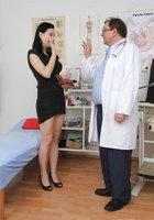 Молоденькая брюнетка раздвинула ножки перед зрелым гинекологом 16 фотография