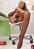 Медсестра в колготках мастурбирует закрывшись в кабинете 14 фотография