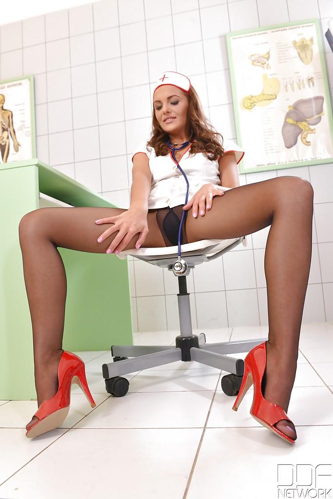 Медсестра в колготках мастурбирует закрывшись в кабинете