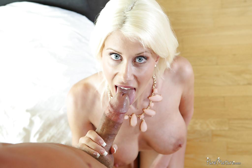 Голубоглазая милфа с большими дойками сосет фаллос встав на колени
