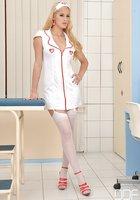 Медсестра в сексуальной униформе развратничает в процедурной 1 фотография