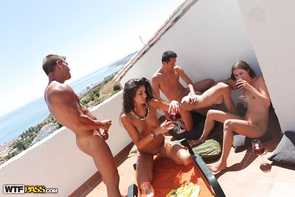 Совершеннолетние шалавы пьют вино и ебутся с юнцами на балконе