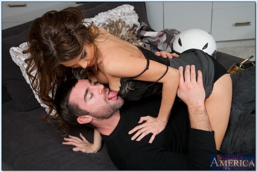 Стройняшка с татуировками на побритом лобке сношается с чуваком в квартире секс фото