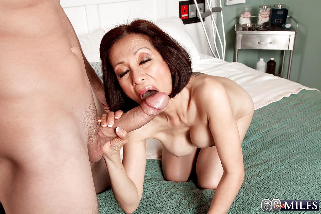 Зрелая медсестра насадилась на длинный хер пациента секс фото