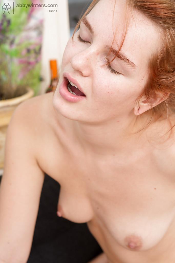 Фетишистки с мохнатыми влагалищами ублажают друг дружку на кровати секс фото