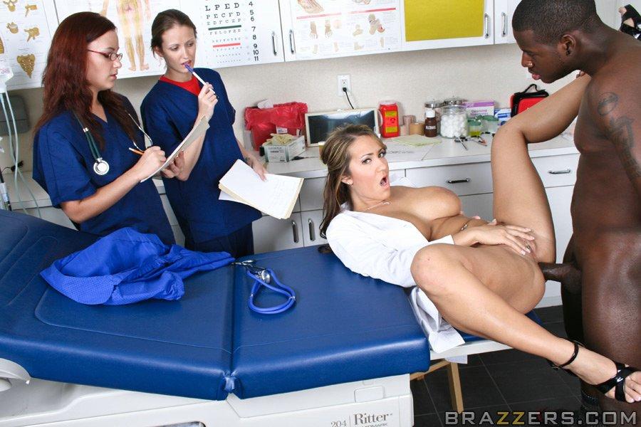 Нигер имеет медсестричку в на на глазах у Двух медсестер