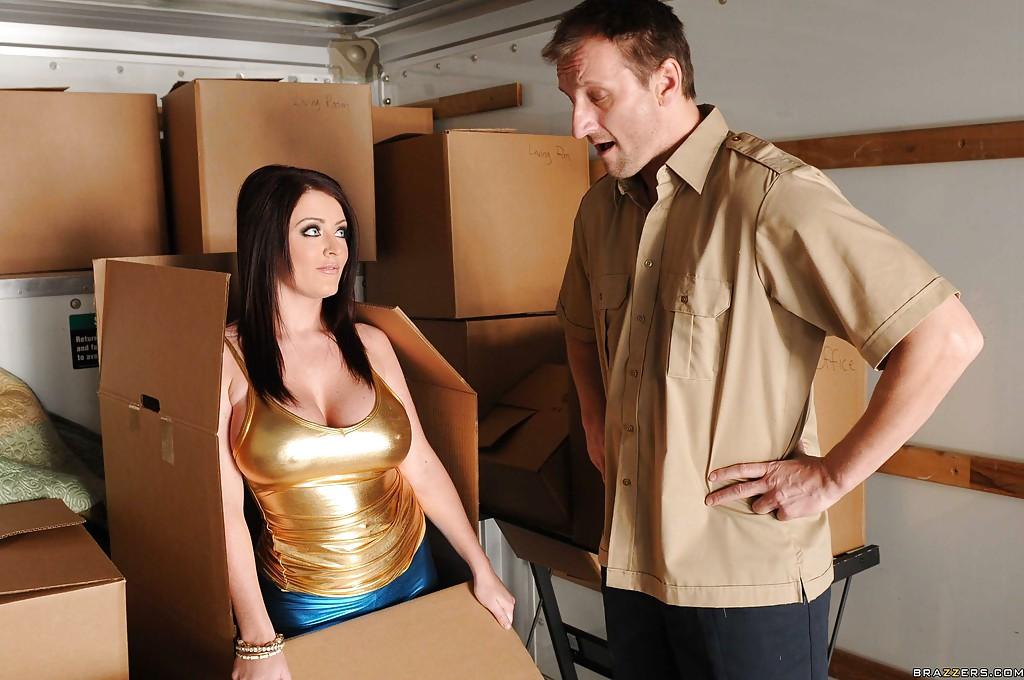 Парень порет в очко большегрудую шалаву вылезшую из коробки смотреть эротику
