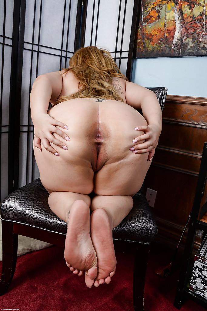 Жирная баба светит растраханной вагиной сидя на кресле