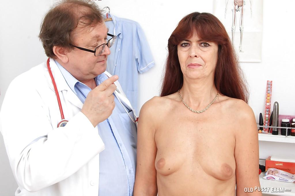 Доктор возбуждает пальчиками красивую мохнатку рыженькой тетки