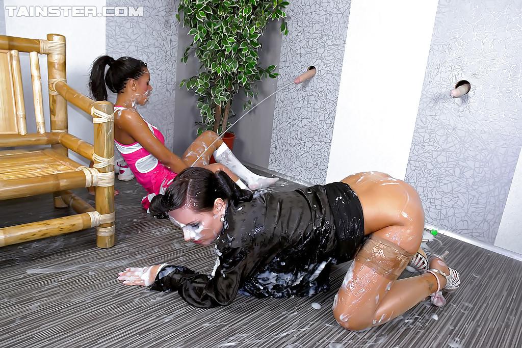 Торчащие из стены самотыки поливают спермой возбужденных лесбиянок