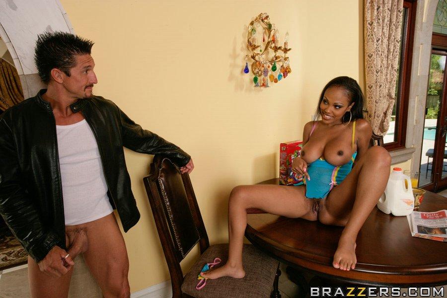 Парень трахает темнокожую потаскуху с большими грудями у нее в своей комнате смотреть эротику