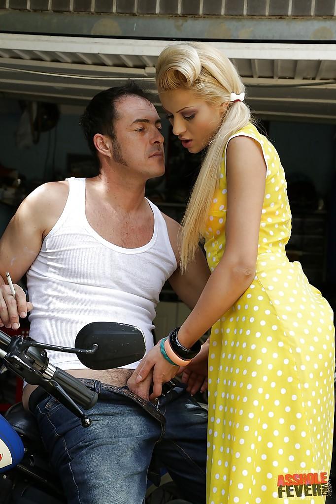 В людных местах чувственная француженка занимается аналом с мотоциклистом