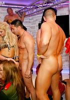 Шалашовки в разных нарядах устроили оргию в частном клубе 1 фотография