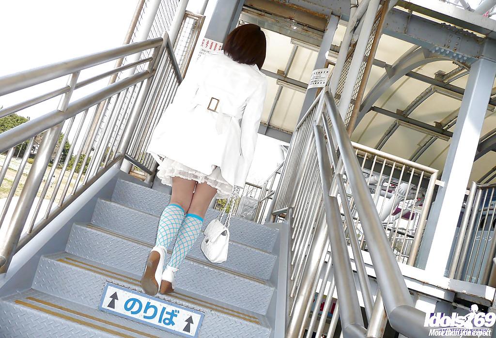Молодая азиатка показывает что у нее под юбкой во время прогулки
