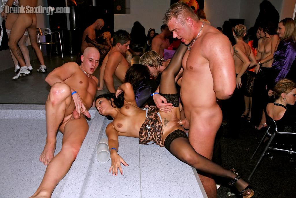 Озабоченные девушки участвуют в групповухи устроенной пареньками