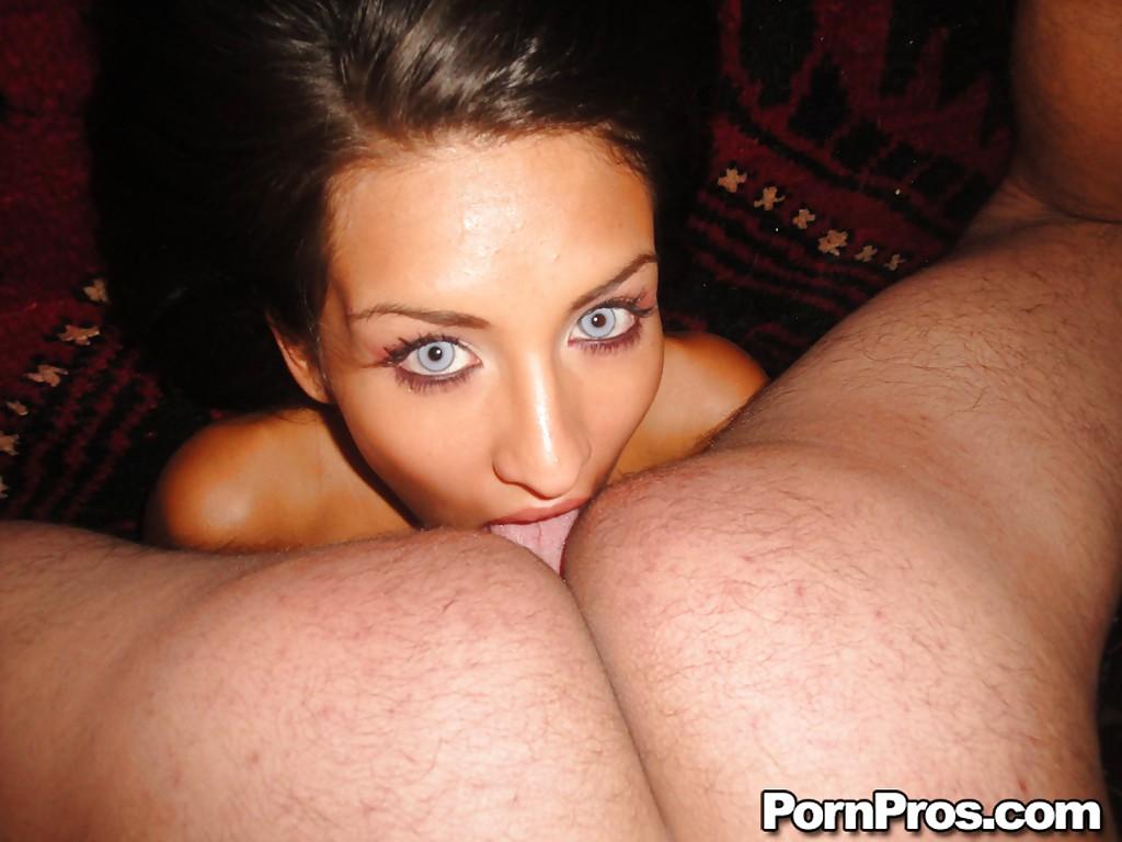 Брюнетка с большими глазами уговорила подругу и ее парня на секс втроем