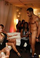 На вечеринке негр позволяет женщинам играть с его членом 7 фотография