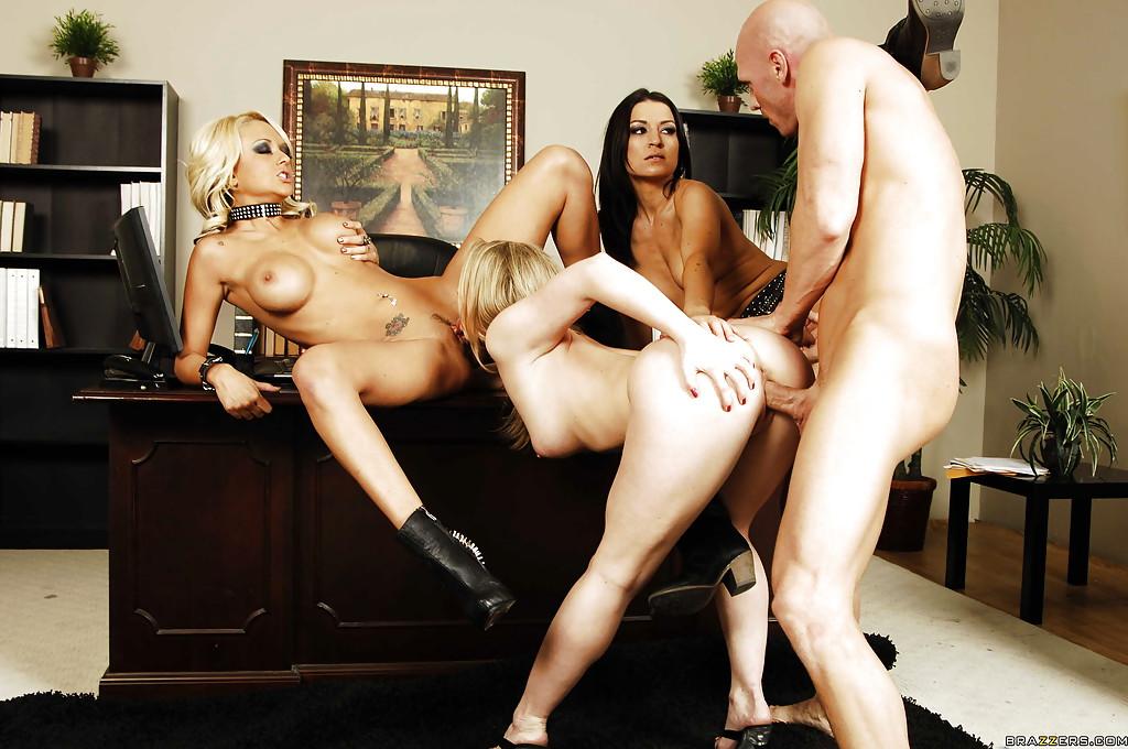 Лысый начальник трахается в кабине с тремя секретаршами