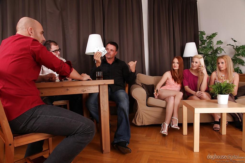 В гостиной игроки в покер занимаются любовью с тремя цыпочками