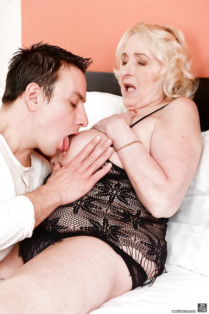 В спальне 19-летней паренек порет бабушку в волосатую пизду секс фото