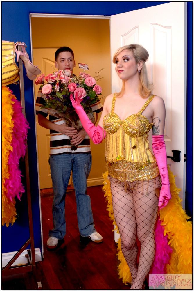 Поклонник трахает циркачку в розовых перчатках в гримерке