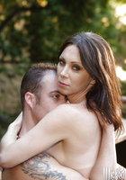 Мамка с интимной стрижкой трахается с мистером на фоне водопада 14 фотография