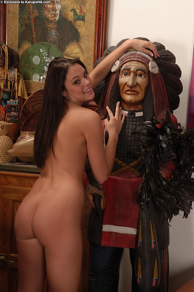 Мадам с маленькой грудью сняла в гостиной бахвалится обнаженными сиськами