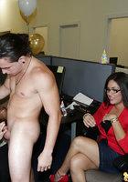 Бухгалтерши вафлят пенис негра на корпоративе в офисе 9 фотография