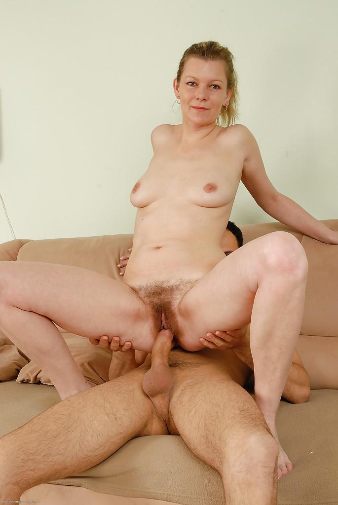 Мамочка с небритой вагиной ебется с мужем на козетке