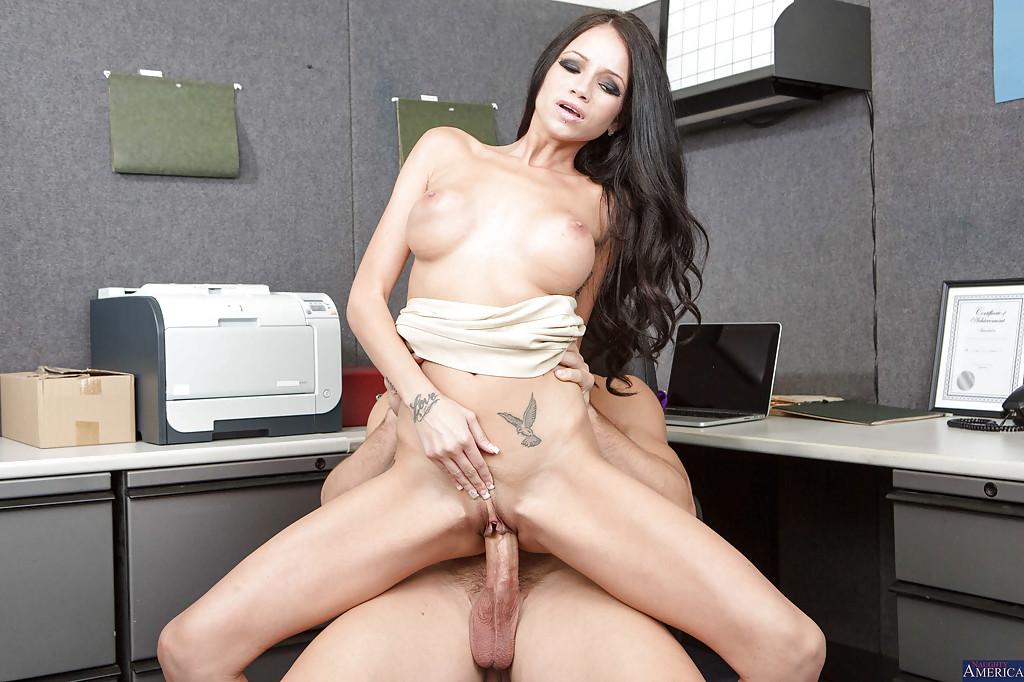 Секретарша с искусственным бюстом грешит с менеджером в офисе