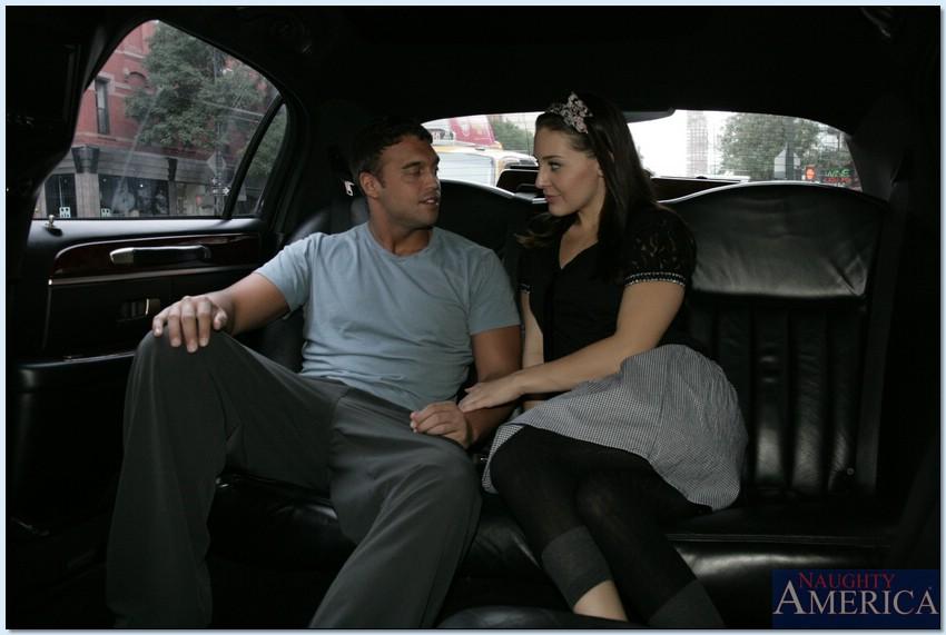 Симпатичная чика трахается с типом на заднем сидении машины