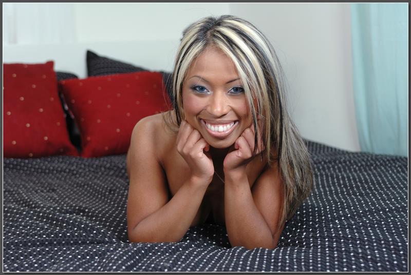 На постели негритянка светит киской стянув с нее черные стринги