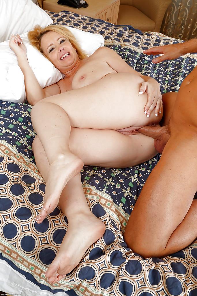 44 Летняя деваха с татухами на сиське занимается сексом с самцом на кроватке