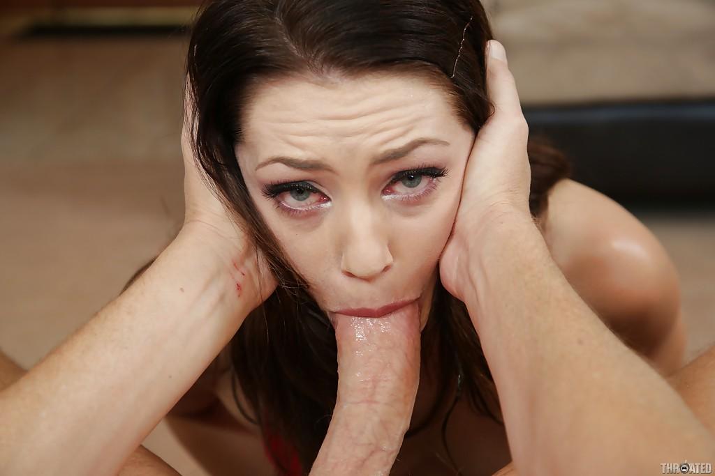 Озабоченная тёлка позволила любовнику жестоко поиметь ее в рот