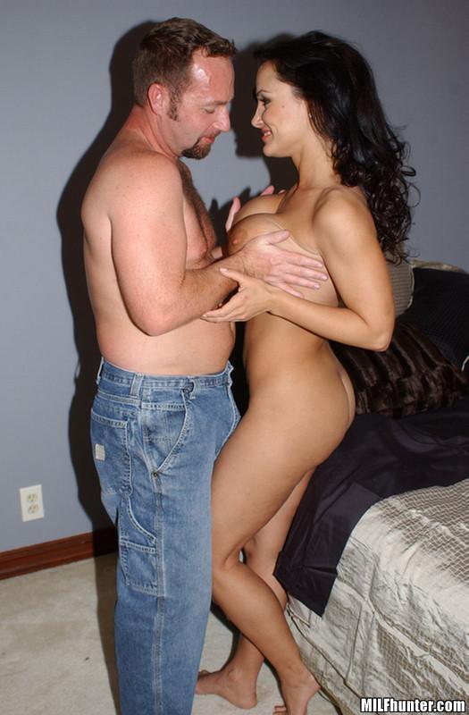 Зрелка с искуственными титьками занимается сексом в койке с бородатым продавцом
