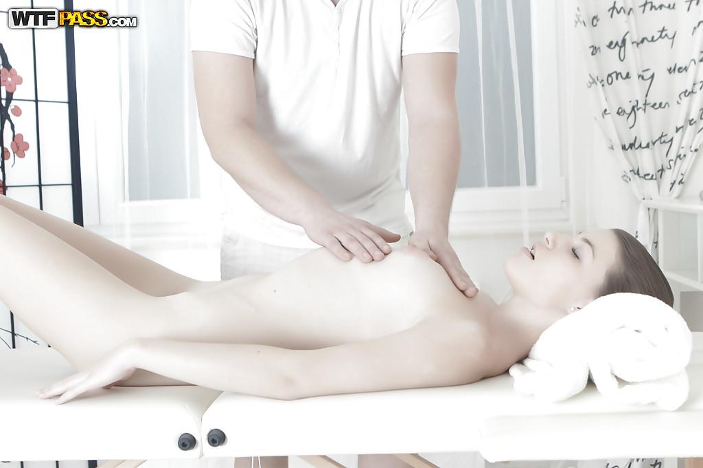 Молодая клиента впустила в вагину брандспойт массажиста