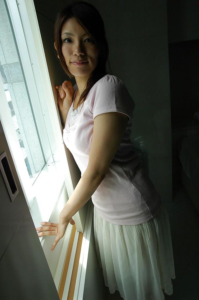 Азиатская тёлка разделась и интимное белье после прогулки