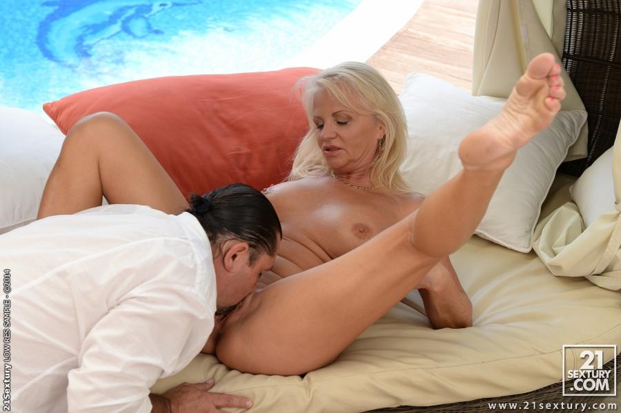 Белокурая старушка занимается сексом с мужчиной возле бассейна секс фото