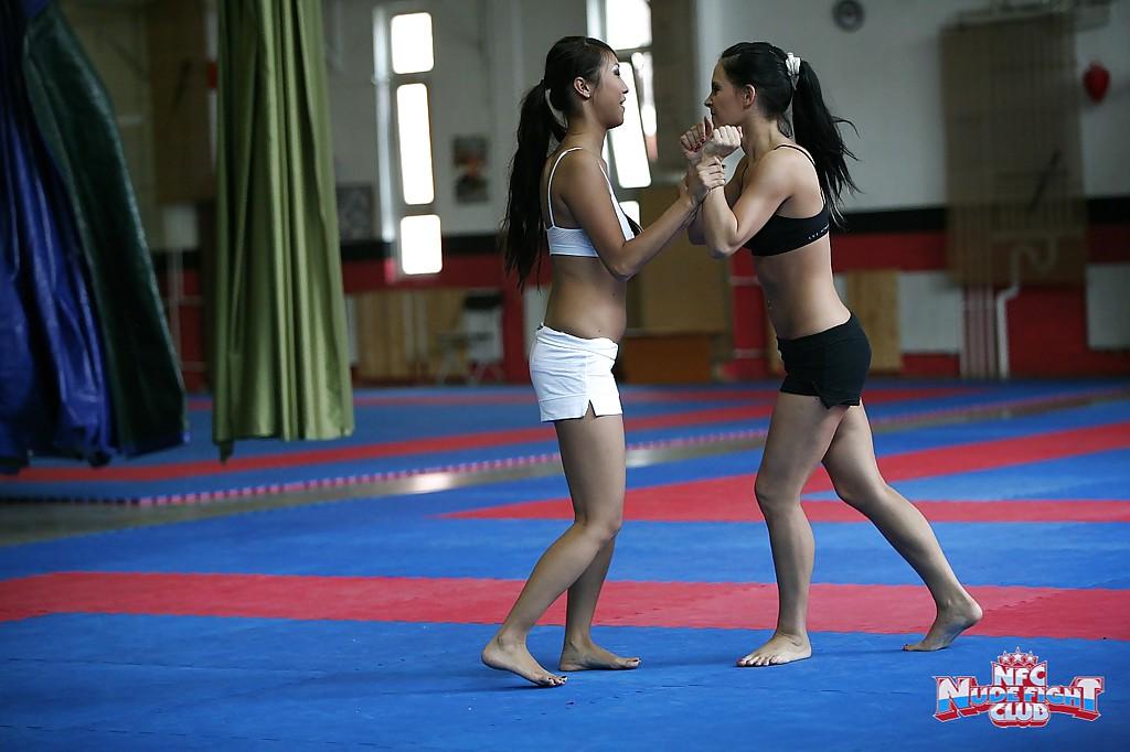 В спортивном зале азиатка грешит вместе с партнершей по борьбе