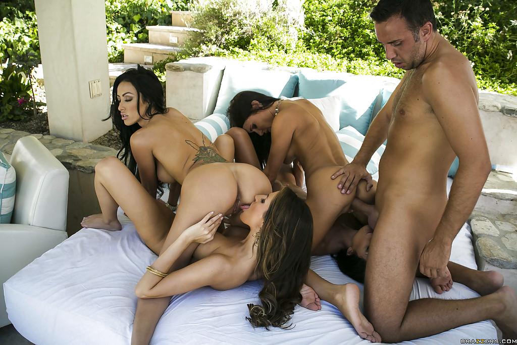 Мужик под навесом порется одновременно с четырьмя титястыми девахами смотреть эротику