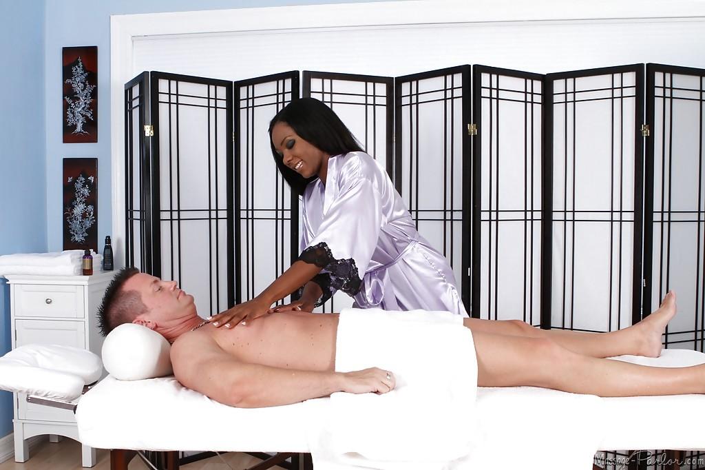 Чернокожая массажистка с силиконовыми титьками вафлит хер белого клиента