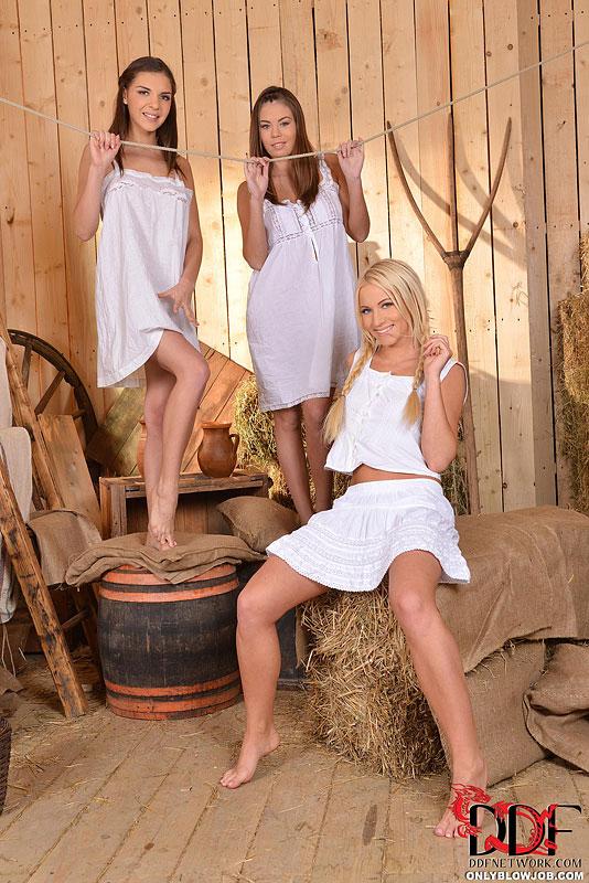 Три молодые деревенские милашки сосут мужику в сарае