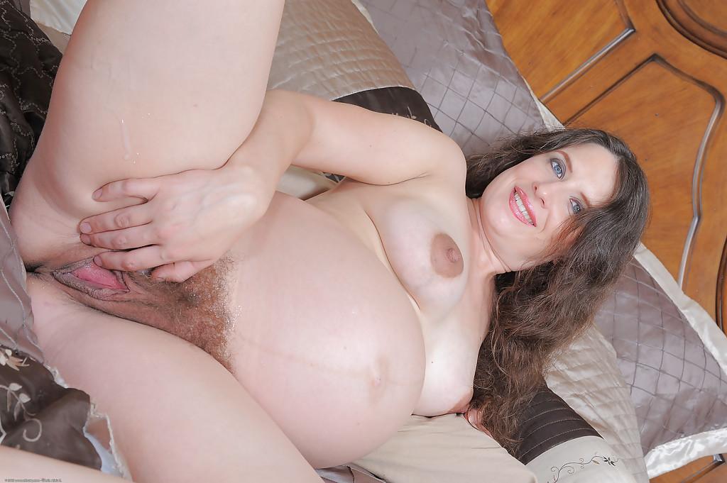 Беременная милфа впустила болт в небритую киску предварительно раздевшись